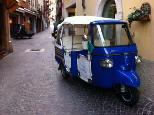 Ape Fahrzeuge in Malcesine 494x368 Vespa miamore   Mit der Vespa 50 N Spezial ber die Alpen nach Italien